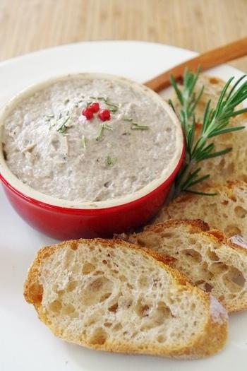 フランスの定番おつまみリエットをヘルシーな鯖で食べましょう。鯖は、薬膳では疲労回復にもいい食材とのこと。香味野菜やハーブの香りで味わい深く。