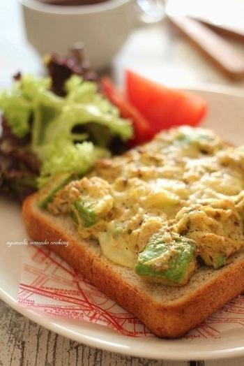 アボカドやカレーやマヨネーズに鯖を混ぜ合わせて、トーストにして焼いていただきます。簡単に作れて、鯖の臭みも気にならないからいいですね。