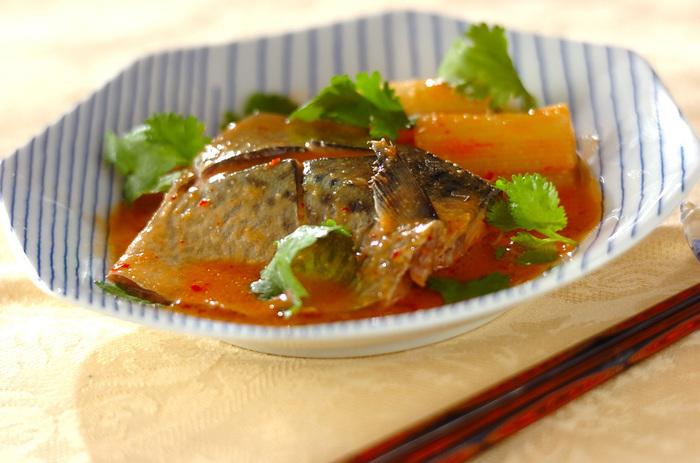 サバのお料理の定番のサバみそを、エスニック風に。豆板醤とゴマ油を加えると、サバの臭みも消え、ぐっと食べやすくなります。変化を付けたいときにいかがですか?