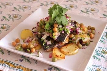 パクチー、アーリーレッド、ミックスビーンズなど沢山のお野菜と一緒に、サラダにして。鯖を美味しい香草と一緒にいただくと、体もキレイになれそう。