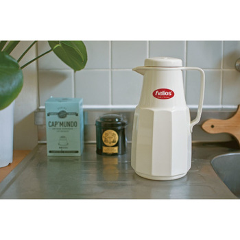ヘリオスの中でも、ベーシックなタイプの卓上魔法瓶。保温・保冷効果も優れているんですよ!朝、沸騰したお湯をこの魔法瓶に淹れておけば、お昼頃まで温かく保ってくれます。
