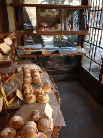 どのパンも非常に人気が高く、早い時間で売り切れてしまうことも。レストランやカフェでひと息つく前に、ベーカリーへ向かうべし!