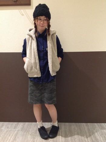 もこもこベストが可愛いスクールガール風コーデ。白い靴下が黒スニーカーをキュートに見せてくれます。