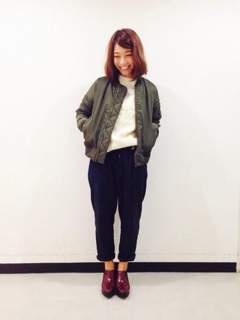 これからの季節はニットとの重ね着がおすすめ。革靴と合わせれば、より大人っぽい着こなしに。