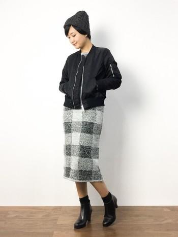 黒のMA-1はどんな洋服にも合わせやすく、一枚は持っていたいアイテム。ニット帽、ショートブーツと色を合わせて、統一感のあるコーディネートに。
