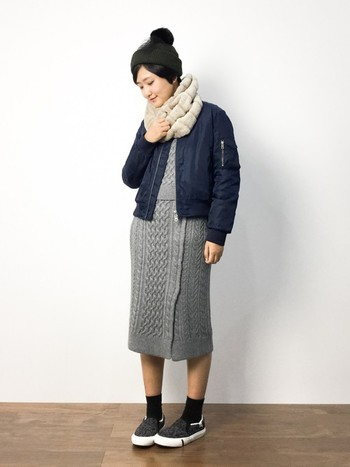 タイトスカートを取り入れたカジュアルコーデにMA-1とスヌードをプラスして、可愛らしい雰囲気に。