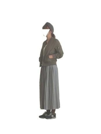女性らしいロングプリーツスカートにあえてMA-1とスニーカーを合わせて、甘すぎないコーディネートに。ヘアバンドでナチュラル感をプラス。