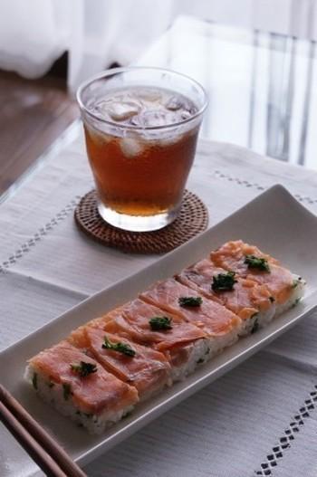ちょっとピリ辛のクレソンを添えたスモークサーモンの押し寿司。ちょっぴり辛いクレソンと燻製の風味が合わさった押し寿司は、お酒にも合いそうです♪