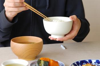 持ちやすく、見た目も美しい形の花茶碗。東屋の食器は「作り手」と「使い手」、双方の意見を取り入れ改良、より使いやすく、長く使ってもらえる商品を作り続けています。