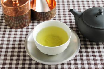 優しい丸みの湯呑と、シルバーが美しい茶托。異素材なのに違和感を感じないくらい馴染んでいます。銀色の茶托は珍しいので、おもてなしにもぴったり。