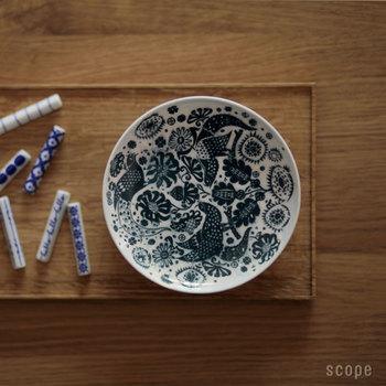 繊細なデザインの、scope別注の小皿。和でも洋でも馴染みがよく、飾っておくだけでも絵になります。東屋のお皿は食材を引き立て、美味しく見せるデザインが多く、何枚でも集めてしまう人も多いそう!