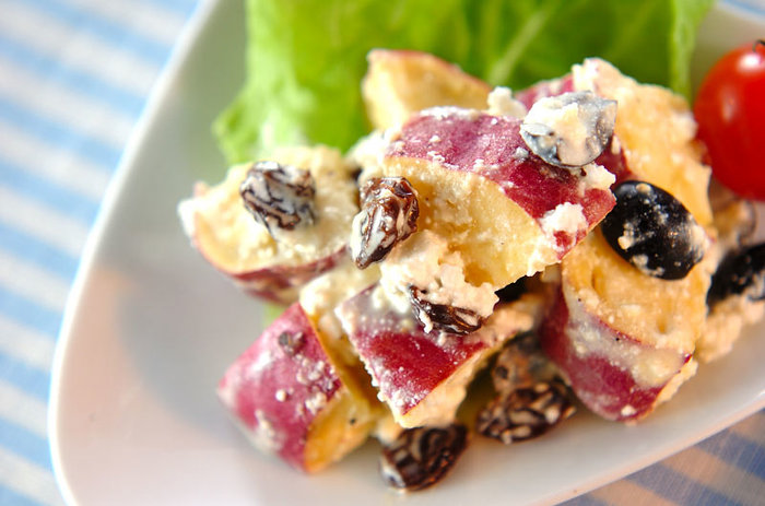 レンジを使った、サツマイモのサラダレシピ。カッテージチーズとレーズン、オリーブが溶け合って、おいしいデリ風サラダが簡単にできます。