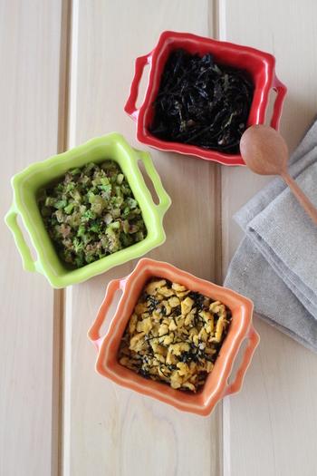 定番のふりかけ「ひじき」「おかか」「のりたまご」が手作りできちゃうなんて、とっても嬉しいですね。ひじきは梅と大葉、おかかはブロッコリーの茎と炒め合わせます。どれもおにぎりにぴったりなので、お子さんのおやつやお弁当に三色むすびはいかがですか?