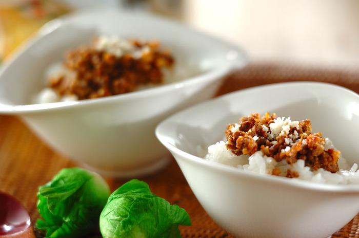 ちょっと変わり種のレシピをひとつ。スパイスたっぷりの牛ひき肉と玉ねぎのふりかけを温かいご飯にのせて、チーズをふりかけて♪ぱぱっと手軽にタコライス気分を味わえますよ。