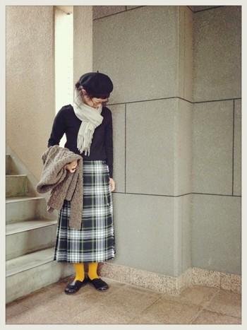 こちらはロング丈のスカート。ちらりと見える足元の黄色がアクセントに!
