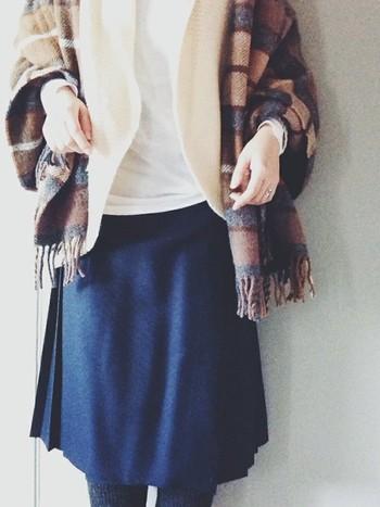 上品でクラシカルな装い。チェックのストールをざっくり羽織ることで、こなれた印象に。