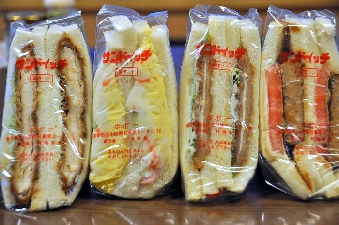 レトロなショーケースには、具がたっぷり入ったサンドイッチがずらりと並びます。たまごが入ったおかず系のサンドイッチはもちろんフルーツの入ったスイーツ系サンドイッチもあります。