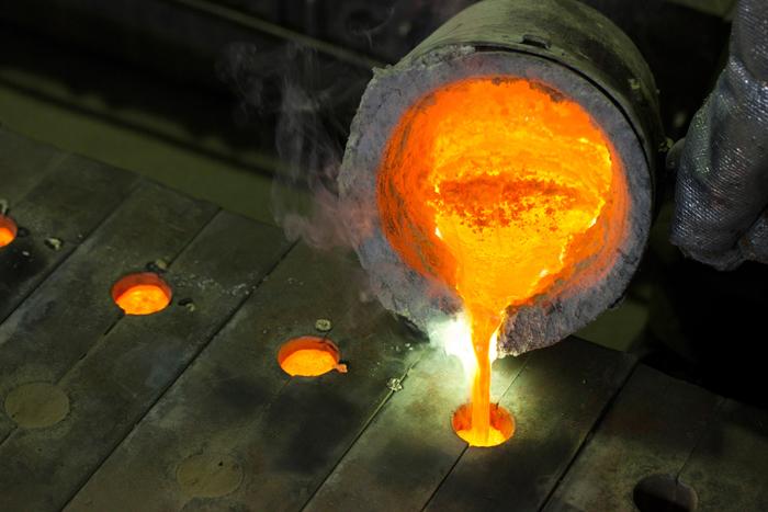 真鍮は銅と亜鉛を溶かし合わせた金属。溶解して成分調整した真鍮を、砂型に流し込んで成型していきます