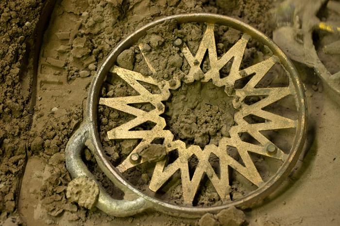 砂型から取り出したばかりの真鍮製品。ここから、不要な部分を取り除いて仕上げていきます