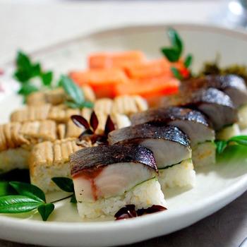 しっかり押して、ひっくり返し、ラップをとったら、四角い押し寿司の完成!あとは自分の食べやすいサイズに切り分けましょう。簡単にできそうな気がしませんか♪