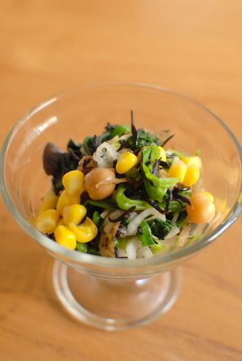 ほうれん草は、ラップしてレンジでチンすると、栄養分を逃さず手軽にゆでる事ができます。 ひじき煮は、前日の余り物でも、出来合いの物でもよいですね。 何品目にも増やせるサラダです。
