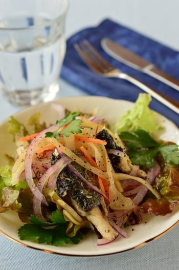 野菜に調理したサンマと酢タマネギを盛りつけ、最後に酢タマネギの漬け汁を振りかけるだけで作れる、サンマの南蛮漬け風です。 この食べ方なら野菜をたっぷり摂ることができますね。