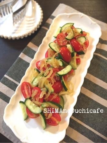 酢たまねぎカレーバージョンを使ったレシピです。トマトとキュウリと和えるだけの簡単メニューです。 タコや生の生魚の上に乗せても、臭みを消してくれて美味しいマリネができそうです。