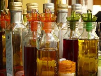 お酢だけでも疲れをとってくれる効果があります。 こちらも血行を良くしてくれる効果があるので、女性が悩みがちな冷え症にも効果的。  酸味が強い米酢や、マイルド系の黒酢・リンゴ酢など、お好みの酢を選びたいですね。