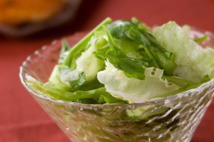 とってもシンプルなルッコラのサラダ。シンプルなサラダだからこそルッコラの美味しさが一番分かる食べ方です。自家製のレモンの風味が爽やかなドレッシングをかけていただきましょう。