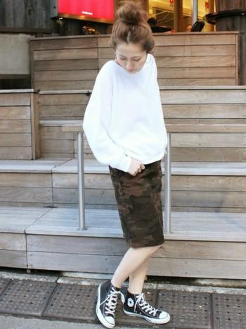 白のスウェットにタイトなカモフラスカート、コンバースを合わせて。ラフに結ったお団子ヘアーも素敵。