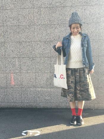 アラン模様がキュートなクルーネックセーターにGジャン、ニット帽を合わせたあったかかわいいコーデ。差し色の赤のソックスがアクセントに♪