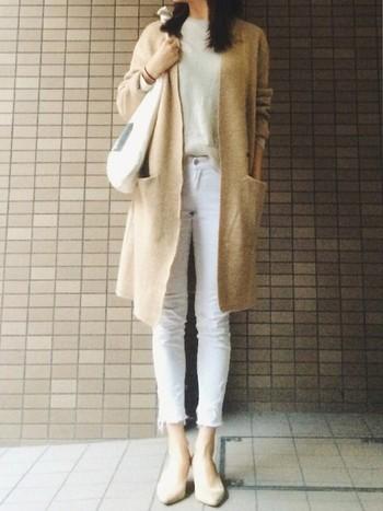 ホワイトデニムに、インするのは同じくオフホワイトのニットで。上から羽織った、ベージュのロングカーディガン以外を、足元まで同系色で合わせれば、かっこいい冬のオールホワイトコーデですね。