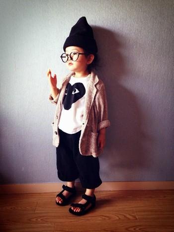 ギャルソンをさらりと着こなすriccarinちゃん。クールなモノトーンスタイルに合わせた大人の表情で、まだ4歳。3歳のときWEARISTAに認定されました。