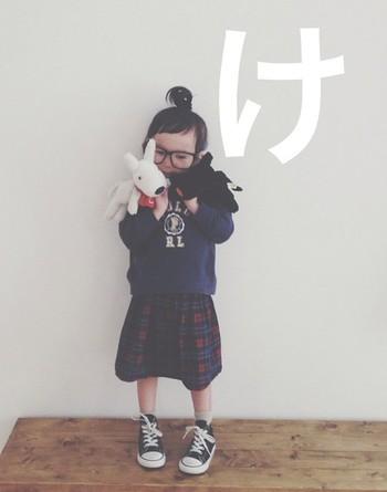 このスカートもママの手作りなんですって。大きな黒ぶちメガネとてっぺんで作ったお団子で、キュートなアメリカンガール風に。