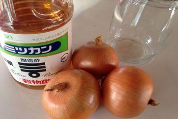 【材料】 たまねぎ1個 醸造酢(リンゴ酢や黒酢・米酢でもOK) 純粋はちみつ:大さじ1.5~2杯(お好みで)  これだけです!