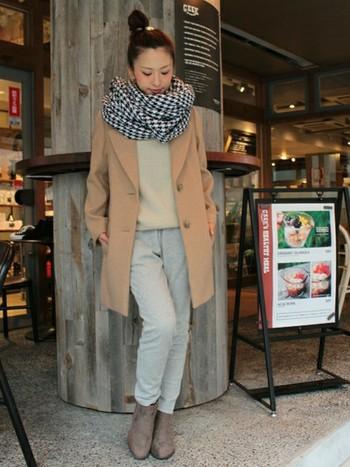 秋冬らしい上品なグレイッシュトーンのコーデ♪ 色味と丈感を気をつければ、スウェットパンツはショートブーツとの相性も良さそう。