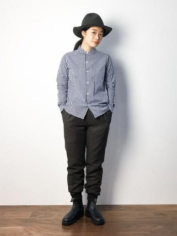 サイドゴアブーツやエンジニアブーツと合わせる時は、スウェットパンツの裾を少し上げて。 男っぽくなり過ぎないよう、ギンガムチェックのシャツは丸襟なところが巧みです◎
