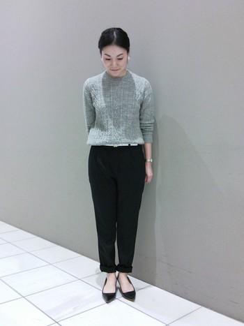 クルーネックのケーブル編みニットは、今年のマストアイテムです。黒のタックパンツできれいめに着こなしてみて。裾をロールアップすることで、こなれ感が出ます。