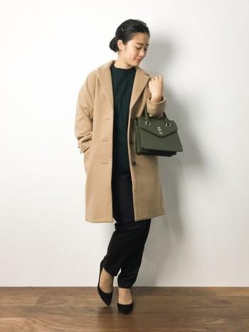 黒のタックパンツは、どんな色も合わせやすい万能アイテムです。グリーンとベージュを合わせて、秋冬にぴったりのコーディネートに。
