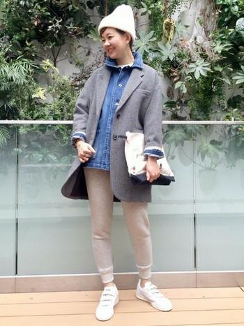 ビッグシルエットのテーラードコートに、ジャストサイズのスウェットパンツをすっきり履きこなしています◎デニムシャツとの合わせ方も素敵ですね。