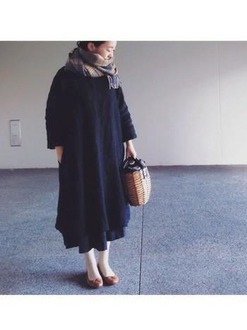 重くなりがちな黒のワンピースもバッグをかごバッグにするとやわらかさが出ます。髪をアップしてストールをぐるぐると巻くとぐっと女性らしさが増しますね。