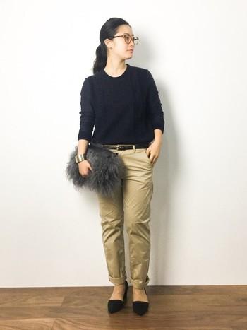 黒のトップスや小物で纏めて、引き締め感のあるデイリースタイル。ふわふわのファーがかわいいクラッチバックで、抜け感をプラス。ハリ感と光沢のあるパンツは、品よく纏めても、カジュアルにも◎