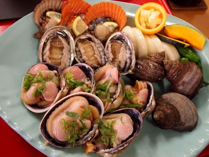 海鮮といえば、ここ!「新島水産」です。名物の海賊焼きなど豪快な漁師料理も食べられます。島なのでやっぱり魚介類が新鮮で、素材の味がふんだんに楽しめます。