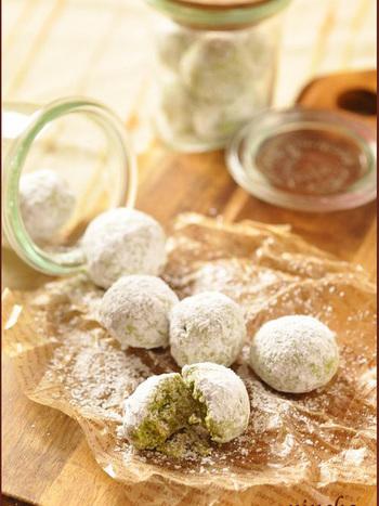 抹茶をプラスして日本テイストに!日本茶と一緒に頂きたくなるスノーボールクッキーです。