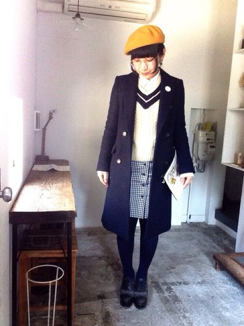 ギンガムチェックのスカートとチェスターコートを合わせたコーデ。色数が少ないため、落ち着いた印象に。黄色いベレー帽が良いアクセントになっています♪