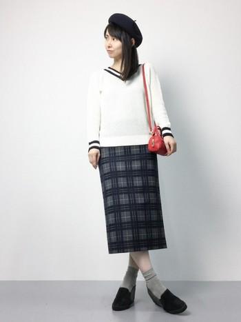 チェックのスカートを合わせたスクールガール風コーデ。ベレー帽と赤いポシェットを合わせ、おしゃれに!