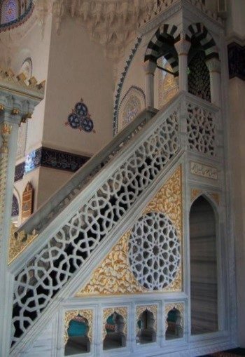 聖職者が立つミンバル(説教壇)へと続く大理石の階段にも、すかし彫りになったアラベスク模様が。