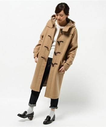 デニムのロールアップに、白靴下と黒のローファーでシティーボーイ風の可愛い着こなしになっています。ダッフルコートは、細身のシルエットを選ぶことで、すっきりとした印象にまとまっていますね。