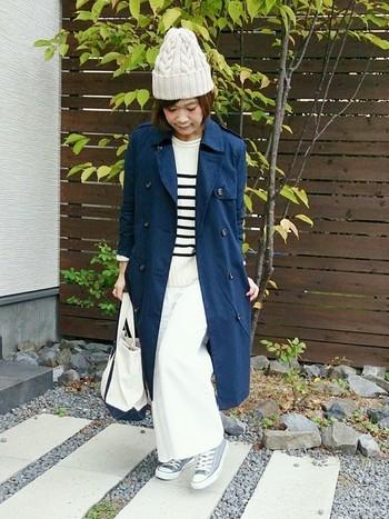 紺色のトレンチコートに、ニット帽とボーダー、白のワイドパンツで冬のマリンスタイルの完成です♪寒い冬にも、ナチュラルなテイストは大事にしたいですね。