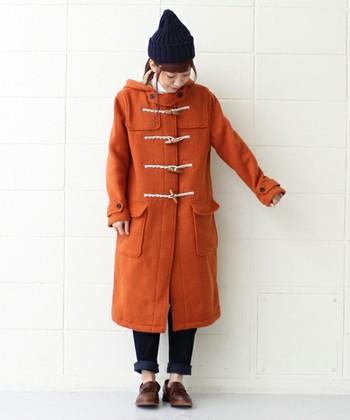 暖色系のカラーでインパクトがあるので、帽子やデニム、靴の色合いは抑えるとバランスよく仕上がります。